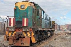 Die alte sowjetische zurückstellende Lokomotive stockfotos