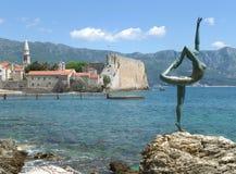 Die alte Stadt, die berühmte Ballerina-Skulptur und das adriatische Meer, Budva, Montenegro Stockfotos