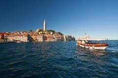 Die alte Stadt Rovinj mit Motorboot lizenzfreie stockfotografie