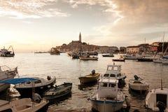 Die alte Stadt Rovinj am Sonnenuntergang lizenzfreies stockfoto