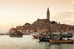 Die alte Stadt Rovinj am Sonnenuntergang stockfotografie