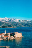 Die alte Stadt von Budva, Berge bedeckt mit Schnee Stockbild