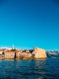 Die alte Stadt von Budva, Berge bedeckt mit Schnee Lizenzfreie Stockbilder