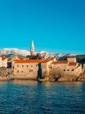 Die alte Stadt von Budva, Berge bedeckt mit Schnee Stockbilder