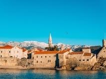 Die alte Stadt von Budva, Berge bedeckt mit Schnee Stockfotografie