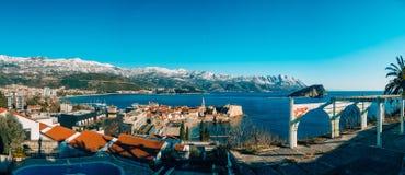 Die alte Stadt von Budva, Berge bedeckt mit Schnee Lizenzfreies Stockbild