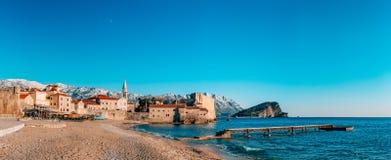 Die alte Stadt von Budva, Berge bedeckt mit Schnee Lizenzfreie Stockfotos