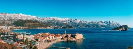 Die alte Stadt von Budva, Berge bedeckt mit Schnee Lizenzfreies Stockfoto