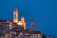 Die alte Stadt von Cervo, Ligurien, Italien, wenn die schöne barocke Kirche aus den Häusern sich ergibt Klarer blauer Himmel Lizenzfreie Stockbilder