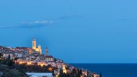 Die alte Stadt von Cervo, Ligurien, Italien, wenn die schöne barocke Kirche aus den Häusern sich ergibt Klarer blauer Himmel Stockfotografie