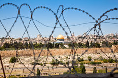 Die alte Stadt von Jerusalem gesehen durch Ringe Lizenzfreies Stockfoto