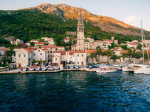 Die alte Stadt von Perast auf dem Ufer von Kotor-Bucht, Montenegro Th Lizenzfreie Stockfotografie