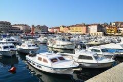 Die alte Stadt von Rovinj und von seinem Jachthafen Lizenzfreies Stockfoto