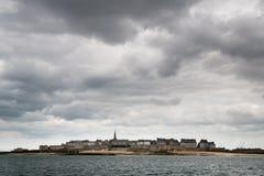 Die alte Stadt von Saint Malo, wie von Dinard an einem bewölkten Tag im Sommer gesehen stockfotografie