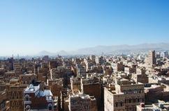 Die alte Stadt von Sana'a, von verzierten Häusern, von Palast, von Minaretts und von Saleh Mosque im Nebel, der Jemen Lizenzfreie Stockfotografie