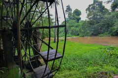 Die alte Stahlwasserturbine, thailändische Art in einem Wald Stockfotos