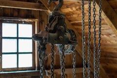 Die alte staubige und rostige Handkurbel in einem Raum Lizenzfreies Stockfoto