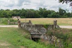 Die alte Steinbrücke das Chateau de La Brede ist ein Feudalschloss in der Abteilung von Gironde, Frankreich lizenzfreie stockfotos