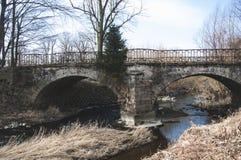 Die alte Steinbrücke mit zwei Bogen Lizenzfreies Stockbild