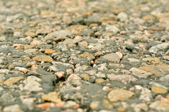 Die alte Straße, die kleinen Steine und der Asphalt nah oben mit einem kleinen dep Lizenzfreie Stockfotos