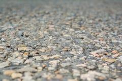 Die alte Straße, die kleinen Steine und der Asphalt nah oben mit einem kleinen dep Stockfoto