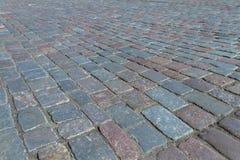 Die alte Straße, die mit dem Kopfstein gepflastert wird, entsteint Straße von Tallinn Lizenzfreies Stockfoto