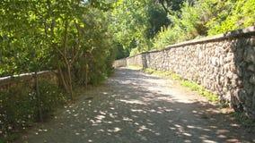 Die alte Straße und die Steinwand stock video
