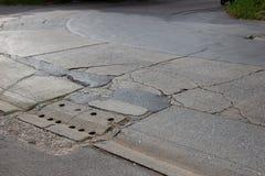 Die alte Straße werden verfallen Straße mit Sprung lizenzfreie stockfotos