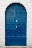 Die alte Tür auf einer weißen Wand Stockfotografie