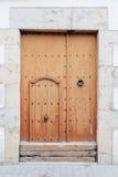 Die alte Tür auf einer weißen Wand Stockfotos