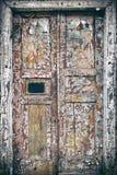 Die alte Tür mit gebrochenem Farben-Hintergrund Stockfotografie