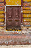 Die alte Tür ohne Schritte und Griff sitzt hoch über dem Boden Lizenzfreies Stockbild