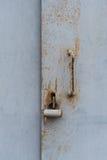 Die alte Tür schloss mit hängenden Klammern eines Vorhängeschlosses zu Satz Hintergründe Lizenzfreies Stockbild