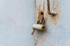 Die alte Tür schloss mit hängenden Klammern eines Vorhängeschlosses zu Satz Hintergründe Stockfoto