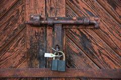 Die alte Tür schloss mit hängenden Klammern eines Vorhängeschlosses zu Satz Hintergründe Lizenzfreie Stockfotos