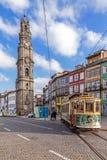 Die alte Tram überschreitet durch den Clerigos-Turm Stockfotos