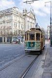 Die alte Tram überschreitet durch die Aliados-Allee und das Liberdade-Quadrat Lizenzfreie Stockfotografie