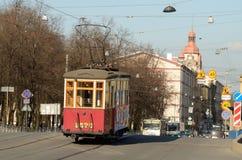 Die alte Tram auf den Bahnen der Stadt Stockbild