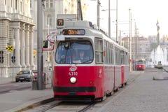 Die alte Tram und auf den Straßen von Wien Lizenzfreies Stockfoto