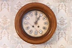 Die alte Uhr auf der Wand Stockbild