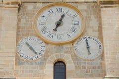 Die alte Uhr auf der Wand Lizenzfreie Stockfotografie