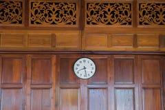 Die alte Uhr auf der Wand Stockfotografie
