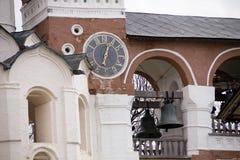 Die alte Uhr auf der Wand der Kirche, Stadt Suzdal, goldener Ring von Russland Lizenzfreie Stockfotos