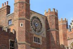 Die alte Uhr des königlichen Wohnsitzes von Hampton Court, Großbritannien Lizenzfreie Stockbilder