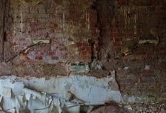 Die alte und ruinierte Backsteinmauer mit Gips, verlorene Plätze Lizenzfreies Stockfoto