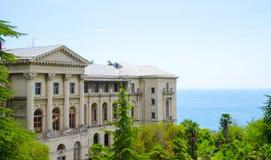 Die alte Villa durch das Meer Lizenzfreies Stockfoto