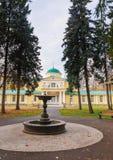 Die alte Villa im Park im Herbst Stockbild