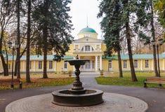 Die alte Villa im Park im Herbst Stockfotografie