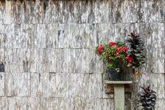 Die alte Wand des Hauses wurde von der Latte hergestellt stockfotos