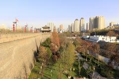 Die alte Wand und die neue Stadt, luftgetrockneter Ziegelstein rgb Lizenzfreie Stockfotografie